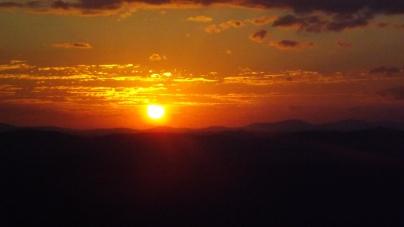 Existe algo que arde em mim Como o sol por detrás da montanha Final de tarde Se recolhe. Repousa Descansa Adiante renasce Pelos mortais Em um ciclo vicioso infinito. Paisagem de amor ilusória. (Foto de Alegra Catarina)
